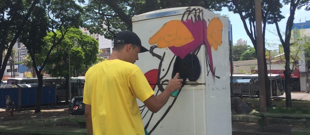 Grafiteiros pintam geladeiras que vão ganhar livros