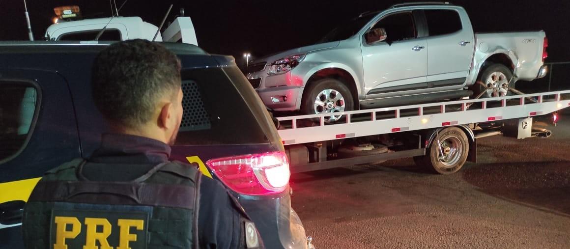 Dupla que roubou caminhonete e fazia motorista refém é presa