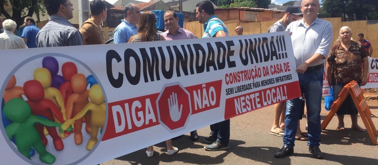 Moradores bloqueiam trecho da Avenida Tuiuti para protestar contra a construção de uma Casa de Semiliberdade