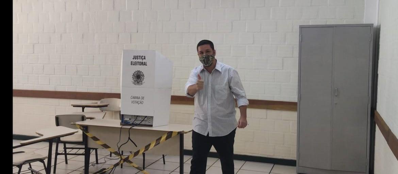 Candidato Annibal Bianchini vota no Colégio Paraná
