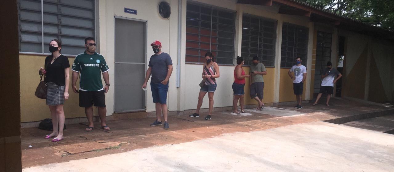 Junção de seções provoca atraso e filas em alguns colégios