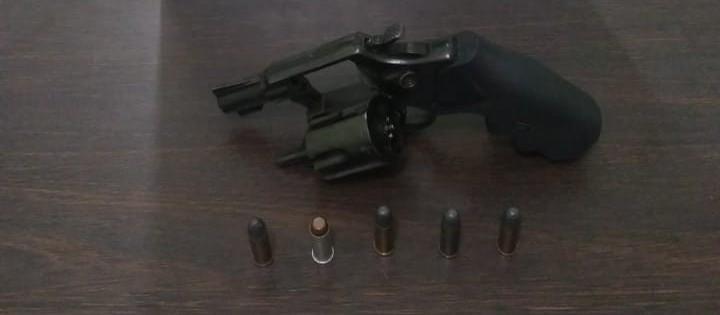 Mulher é detida após ameaçar pessoas na rua com um revólver