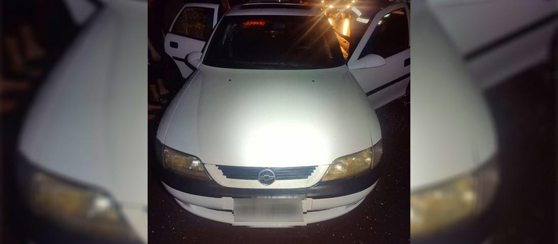 Homem morre após sentar na janela do carro, cair na pista e ser atropelado por caminhão