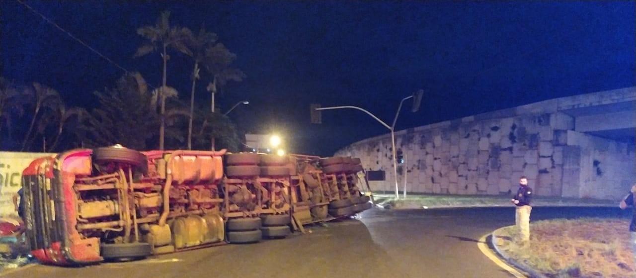 Caminhão carregado com madeira tomba próximo ao Contorno Norte, em Maringá