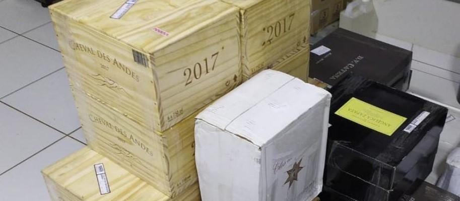 Polícia apreende 228 garrafas de vinhos importados irregularmente em ônibus