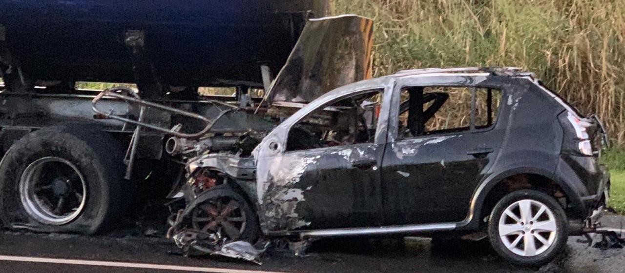Carro bate em carreta-tanque e pega fogo; motorista escapa com ferimentos