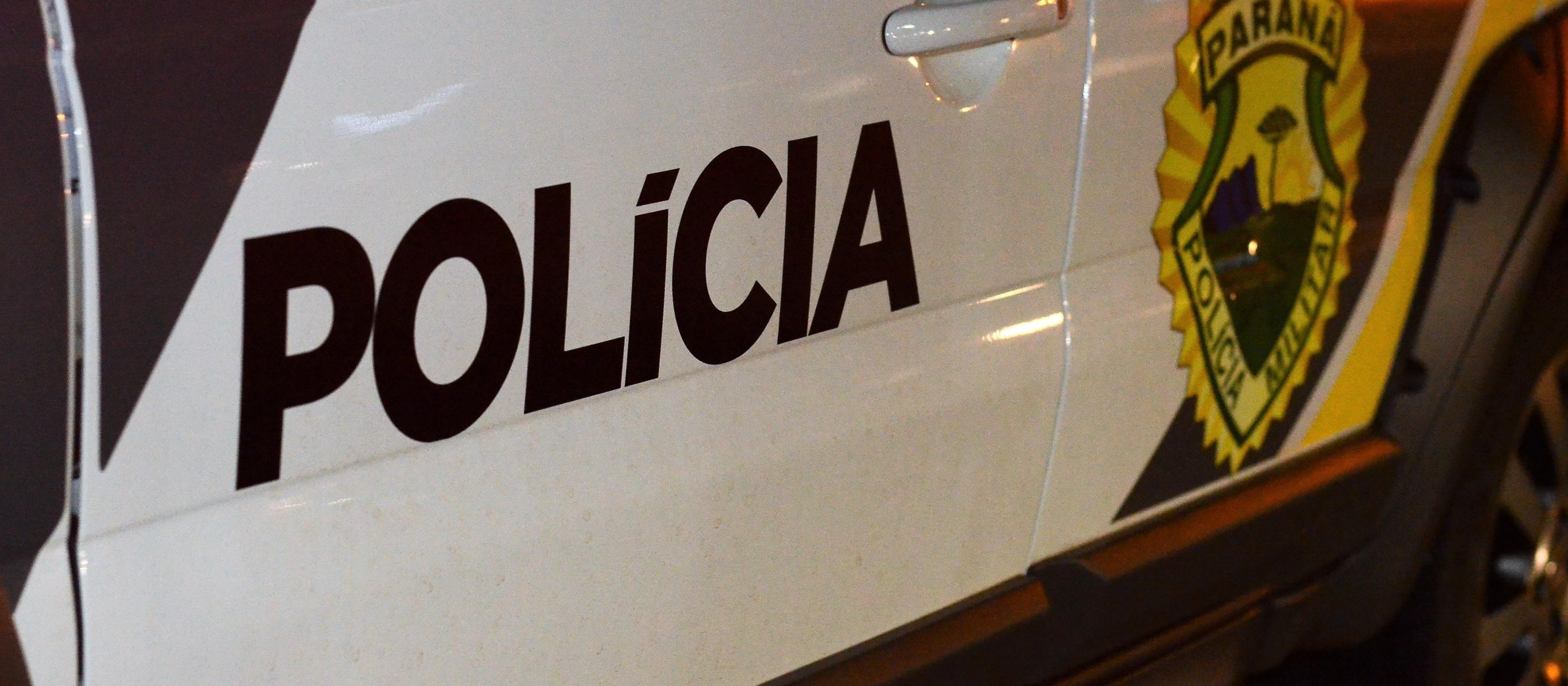 Motociclista sem CNH foge da polícia e bate em viatura