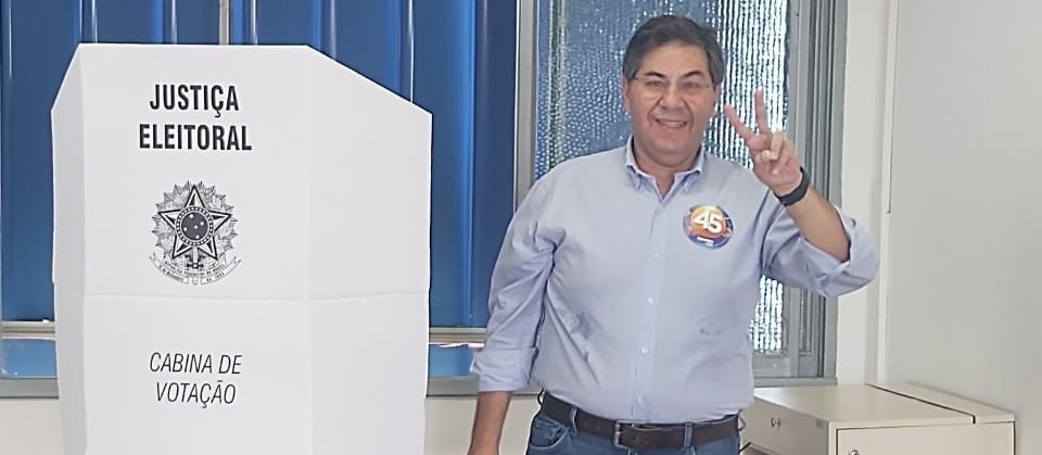 Candidato Evandro Oliveira  vota no Colégio Marista