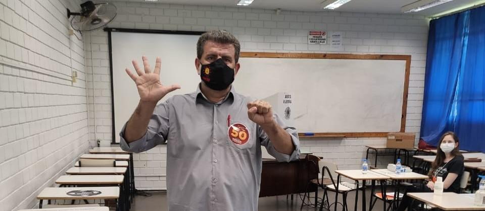 Professor Edmilson vota na UEM