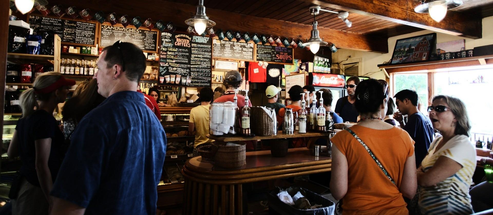 Com rede de saúde privada em colapso, fiscalização fecha o cerco a bares com aglomerações