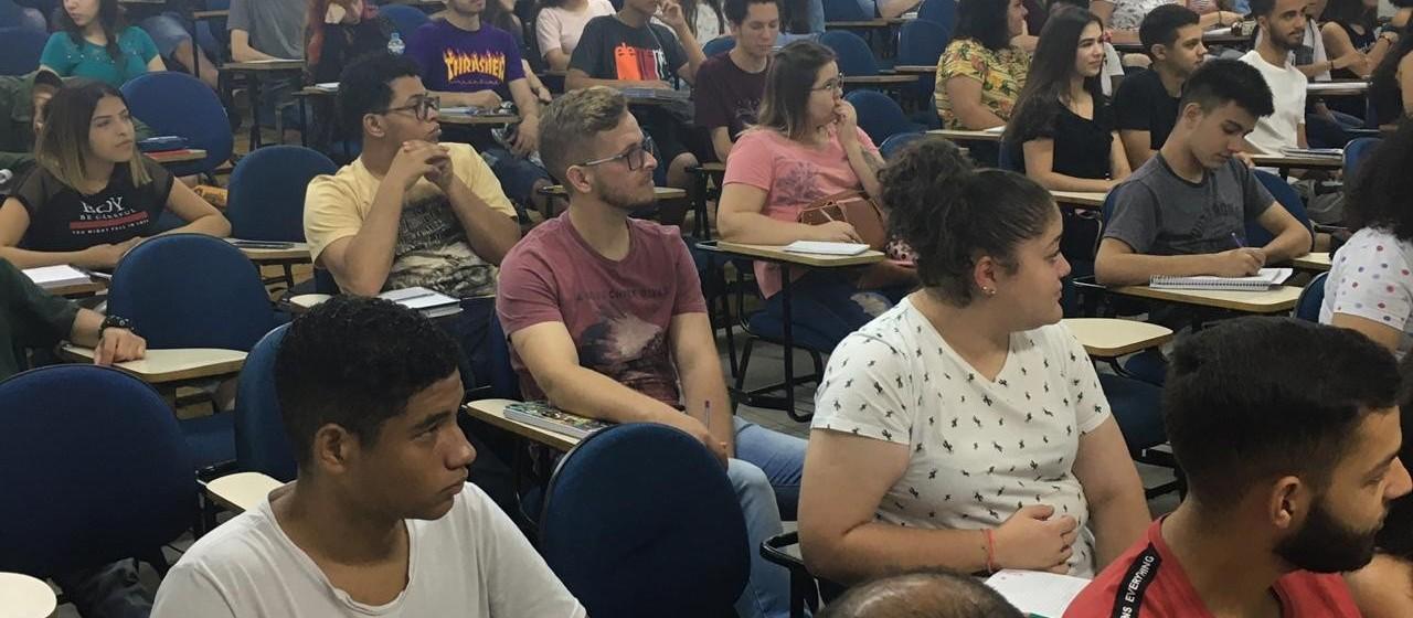 Plantão para o Enem reúne 350 alunos num colégio particular