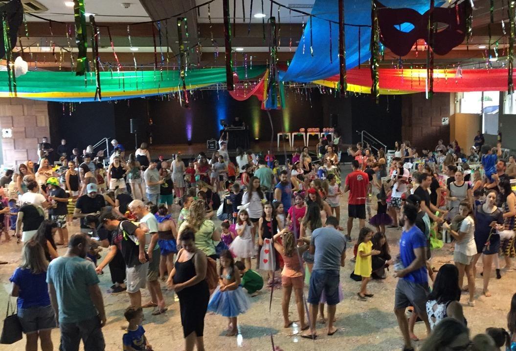 Matinê de carnaval garante diversão em família em Maringá
