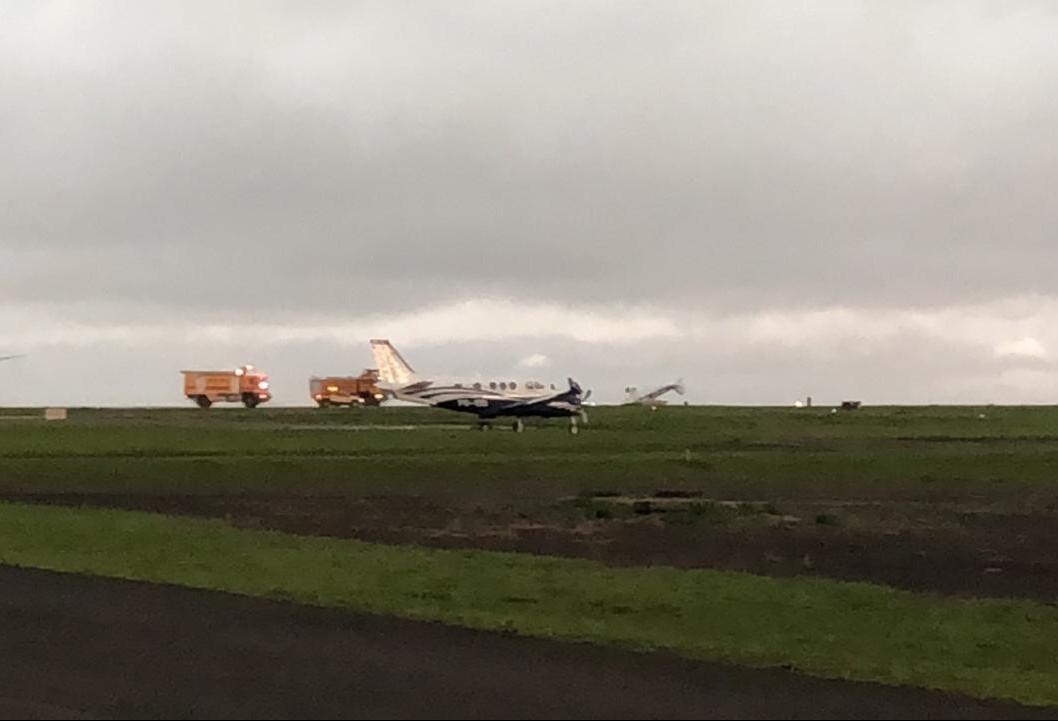 Ventos fortes tombam avião em Maringá