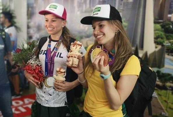 Gêmeas voltam para casa após maratona de competições no Peru e em Londres