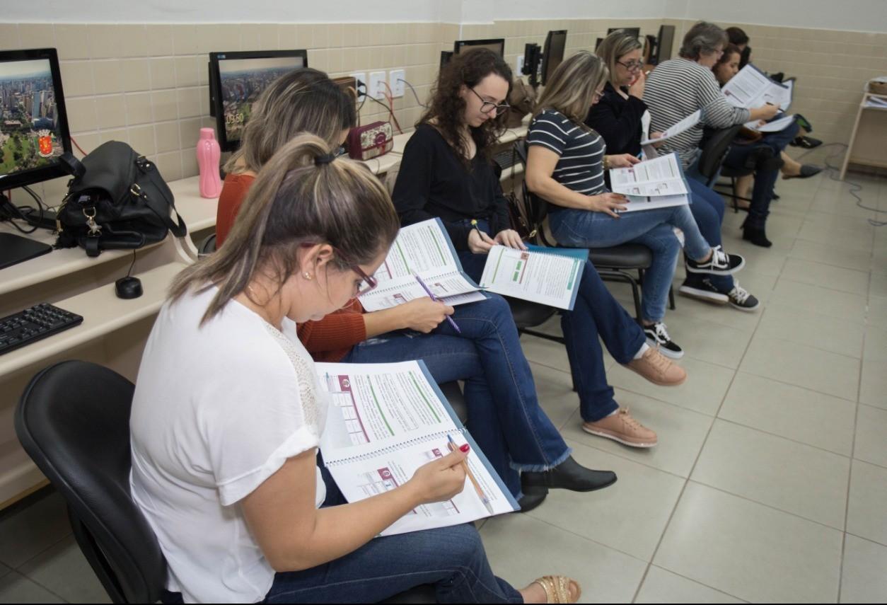 Professores recebem treinamento para uso de notebooks em aulas