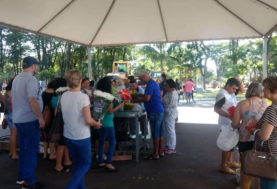 Cemitério Municipal recebe milhares de visitantes neste feriado