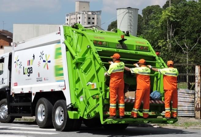 Ministério do Trabalho proíbe que coletores de lixo peguem 'carona' em caminhão
