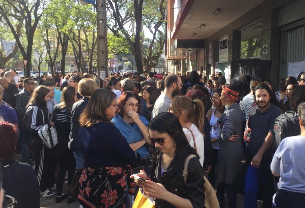 Professores em greve se concentram em frente ao Núcleo