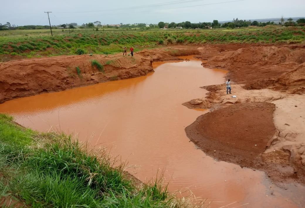 Menino morre afogado em vala cheia d'água da chuva em Loanda - CBN Maringá