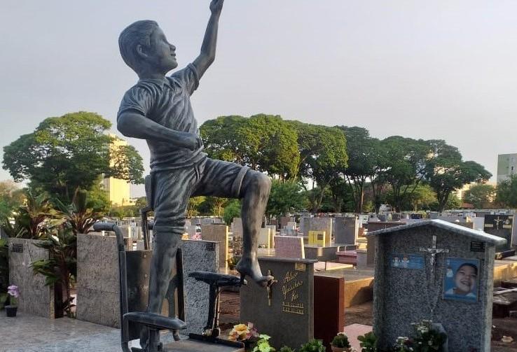 Estátua em túmulo simboliza liberdade de menino que viveu 'preso' a uma cadeira de rodas