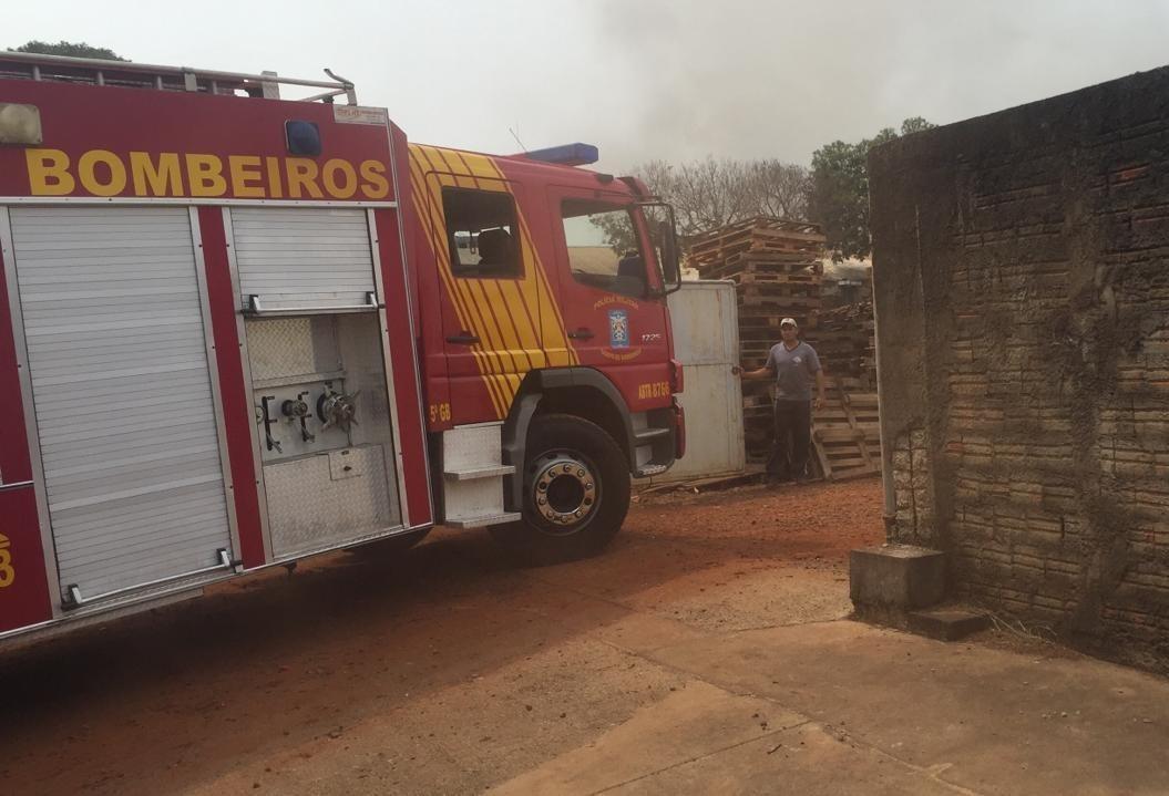 Há mais de um dia bombeiros trabalham em combate a incêndio no Parque Industrial de Maringá