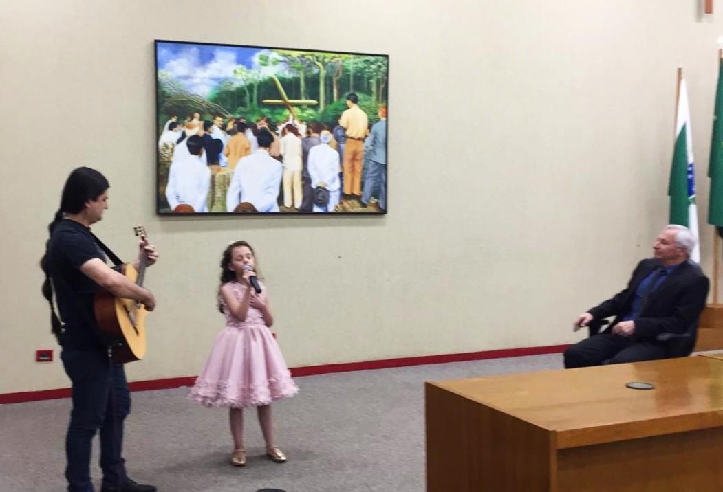 Músico Fábio Alencar recebe brasão da Câmara de Maringá