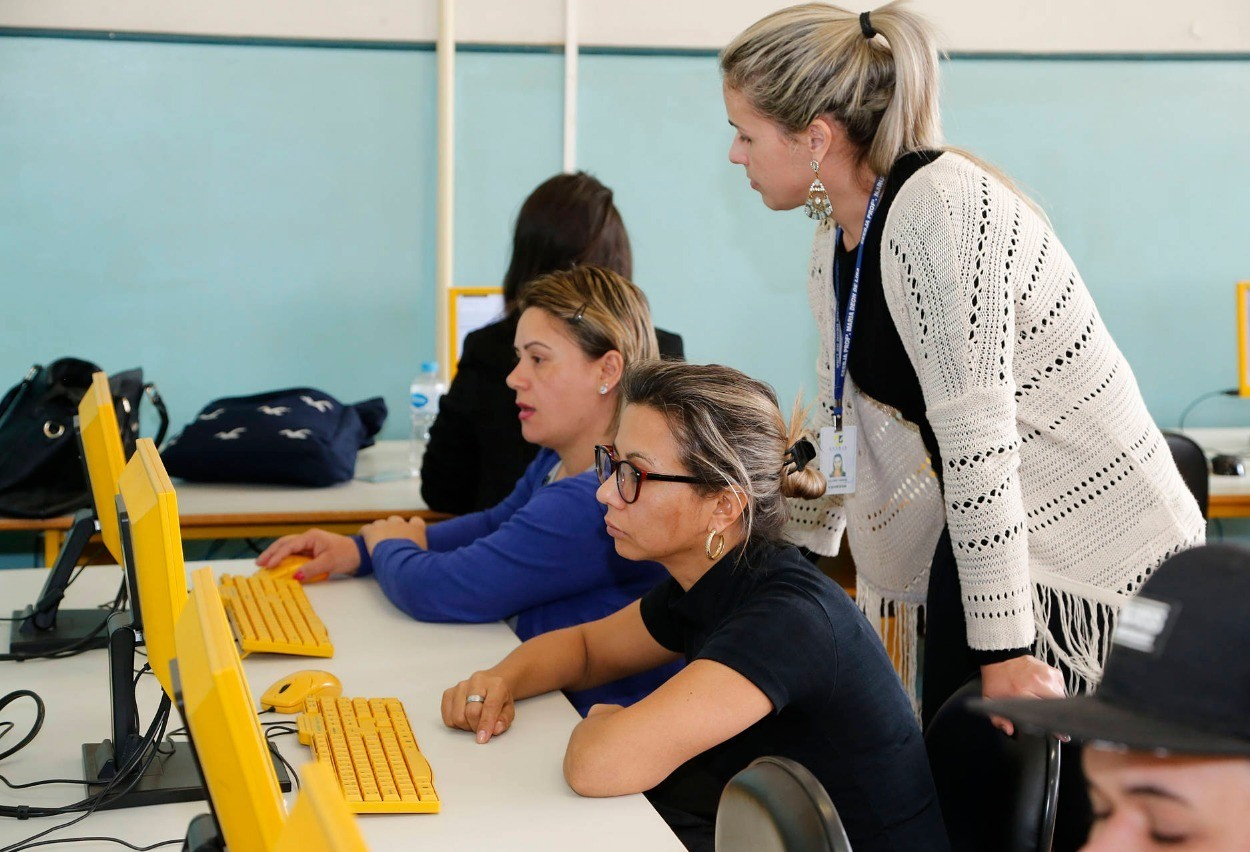 Quase 20 escolas da região de Maringá ofertam exames da EJA online