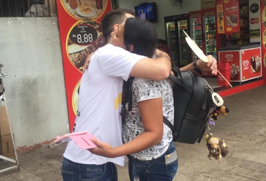Voluntários distribuem abraços solidários no centro de Maringá