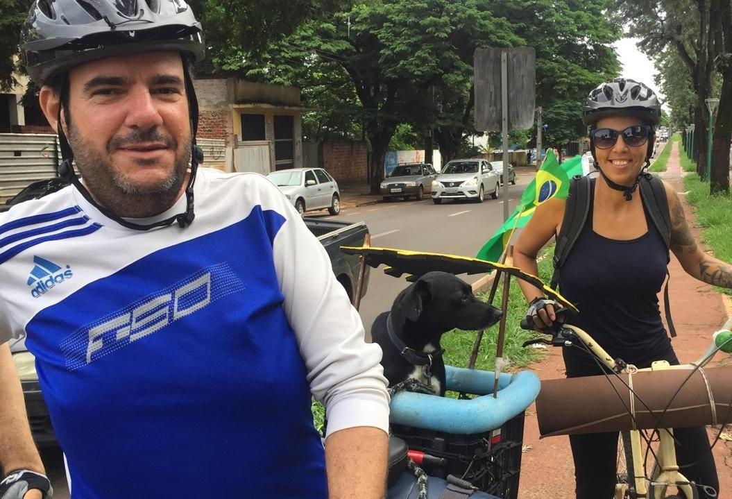 Casal viaja de bicicleta divulgando o turismo e o veganismo