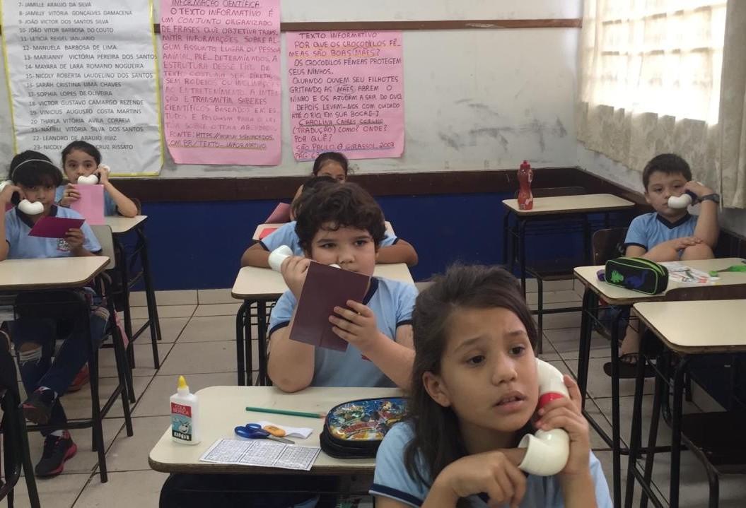 Escola aumenta nível de leitura e escrita dos alunos com 'sussurrofone'
