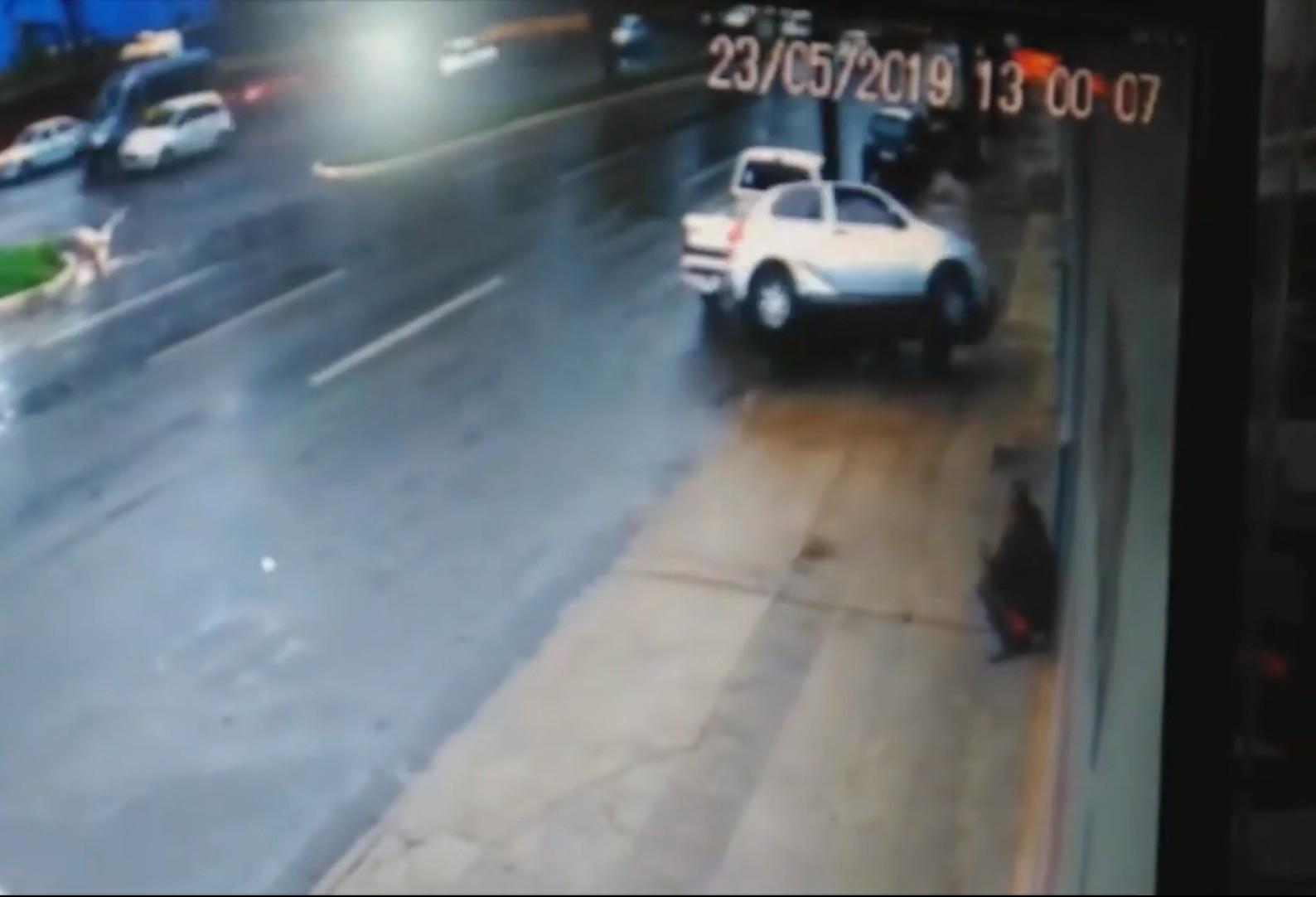 Passageira é ejetada de carro em acidente na Avenida Colombo