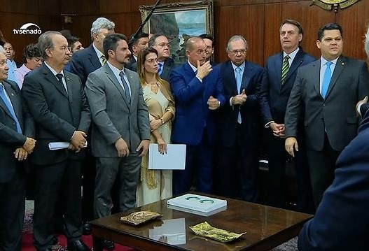 Bolsonaro entrega pacote com medidas econômicas ao Congresso
