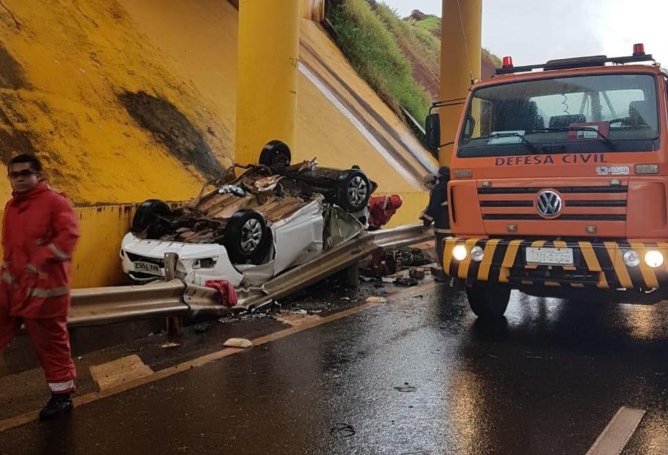 Por causa da chuva, carro cai de viaduto