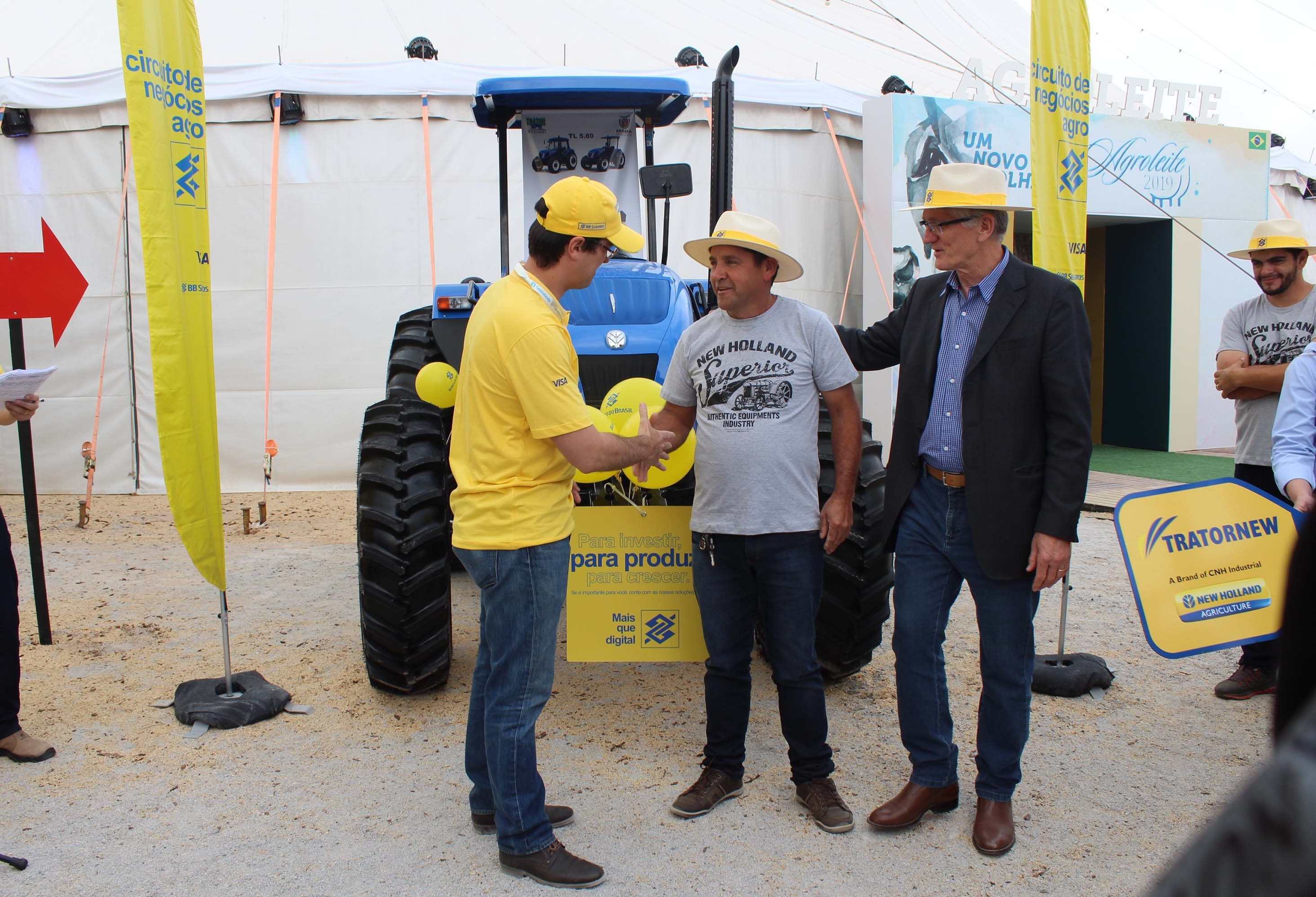 Produtores recebem tratores financiados pelo Programa Trator Solidário