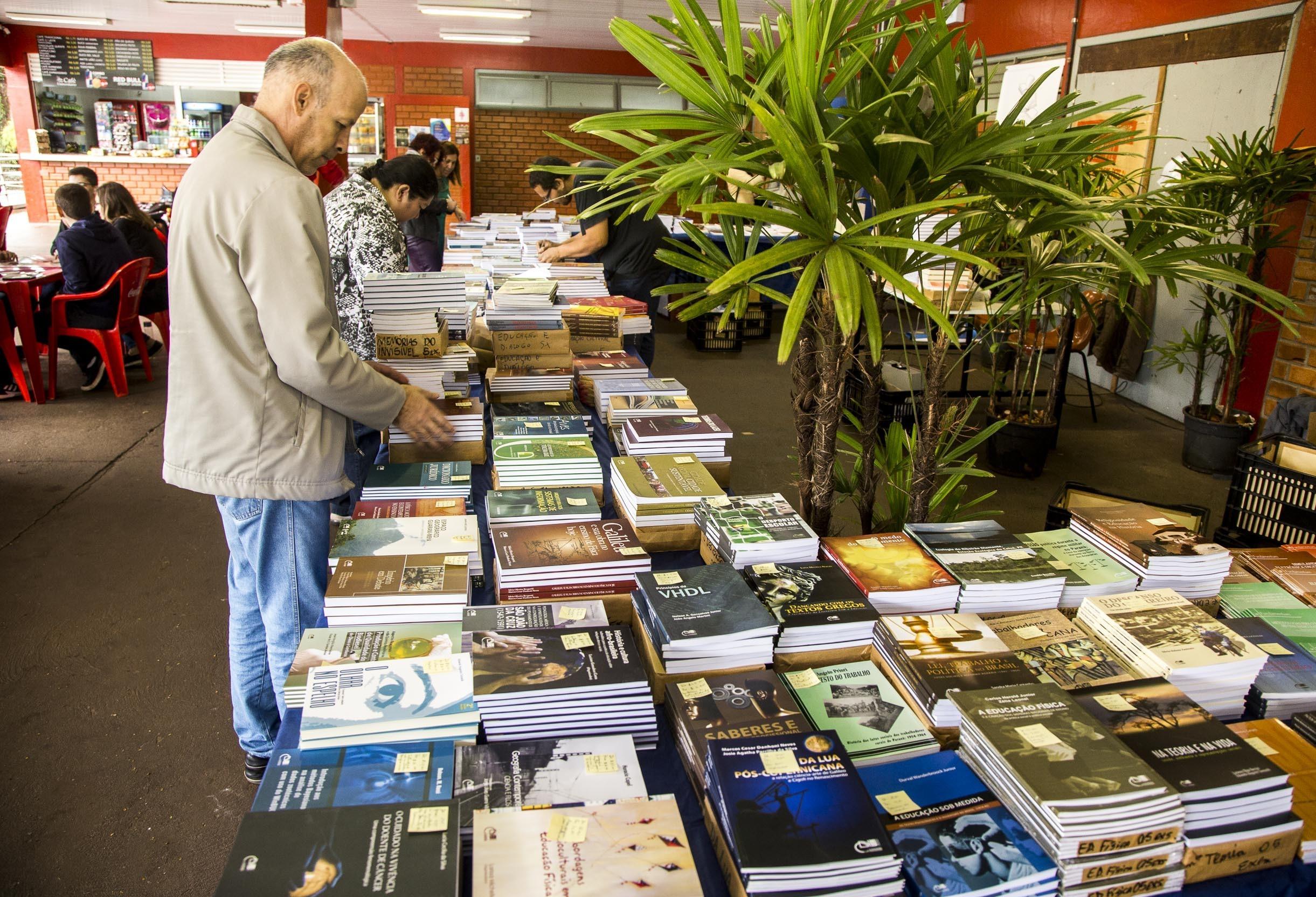 Eduem divulga preços de livros que serão vendidos em feira