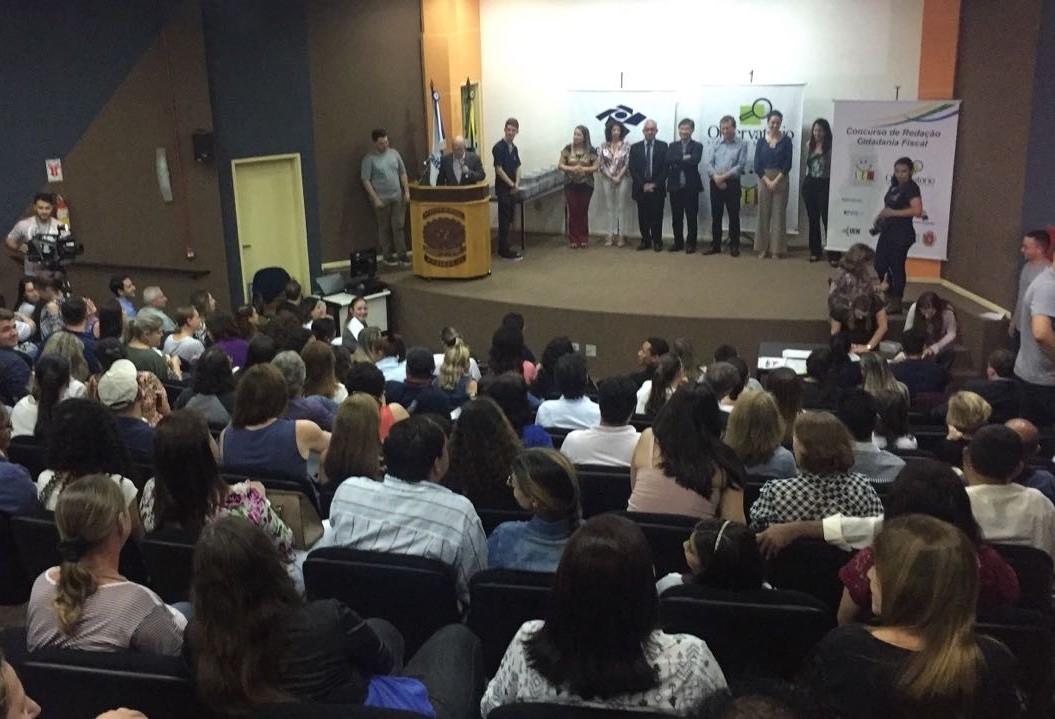 70 alunos e professores são premiados em concurso de redação em Maringá