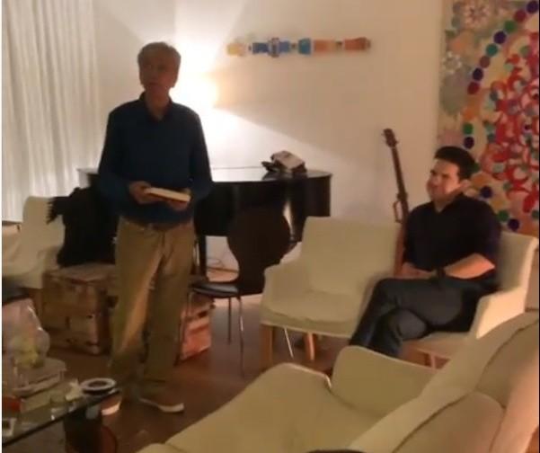 "Em vídeo, Caetano Veloso canta ""Maringá"""