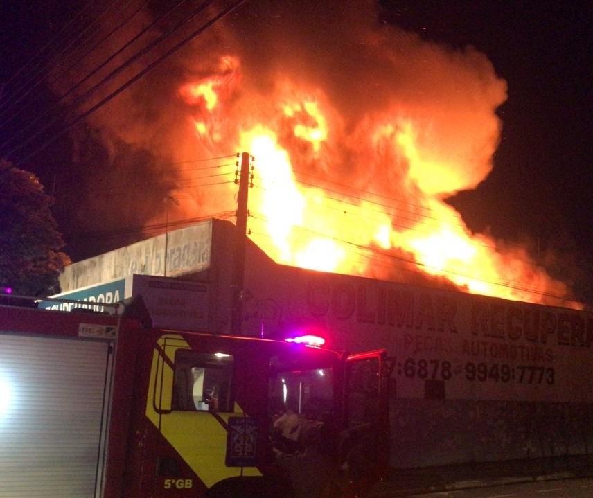Incêndio atinge barracão em Maringá