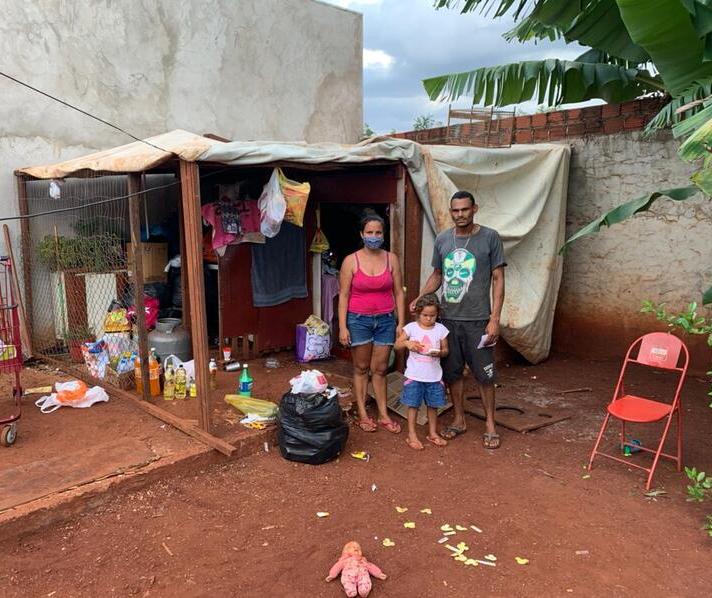 Sem ter onde morar, família se abriga em galinheiro em Maringá