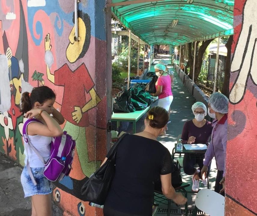 Famílias cadastradas no Bolsa Família recebem alimentos da merenda escolar