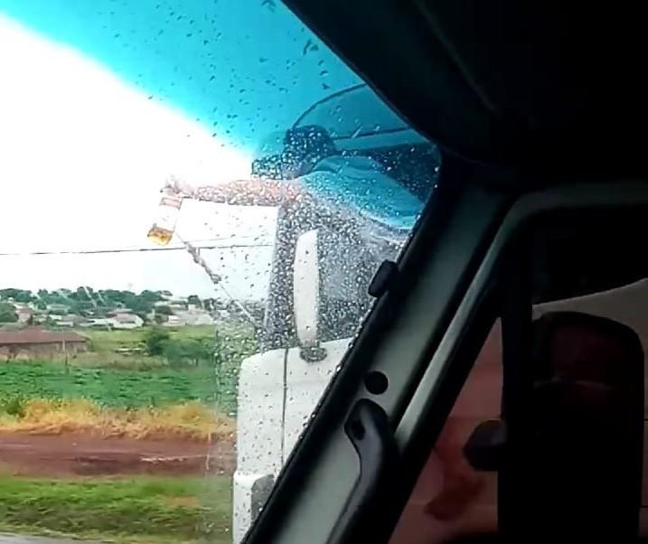 Vídeo flagra caminhoneiro 'pendurado' em cabine e com bebida na mão na região de Maringá