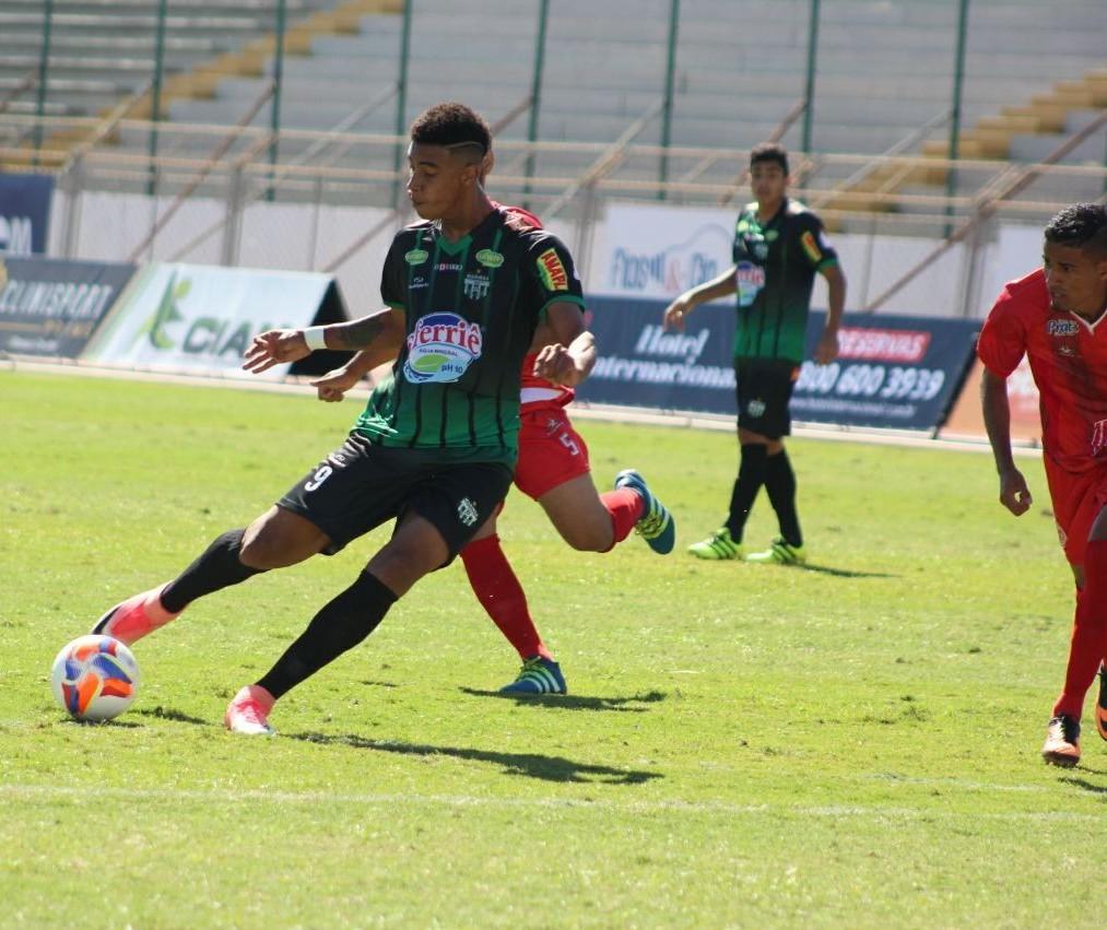 Contratado para ser goleador, atacante Alef Manga marca três na estria do Maringá FC