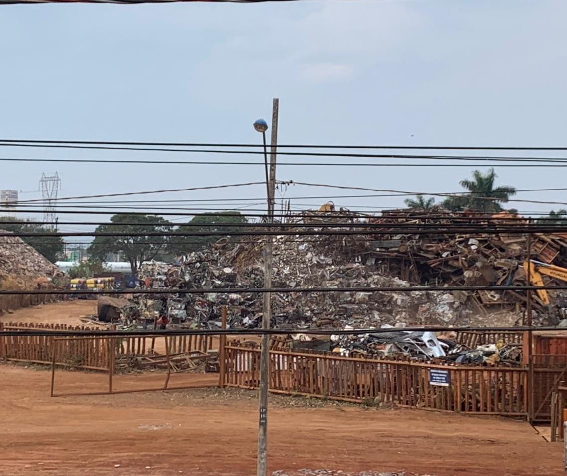 Trabalhadores reclamam de poeira e sujeira provocadas por duas empresas de recicláveis