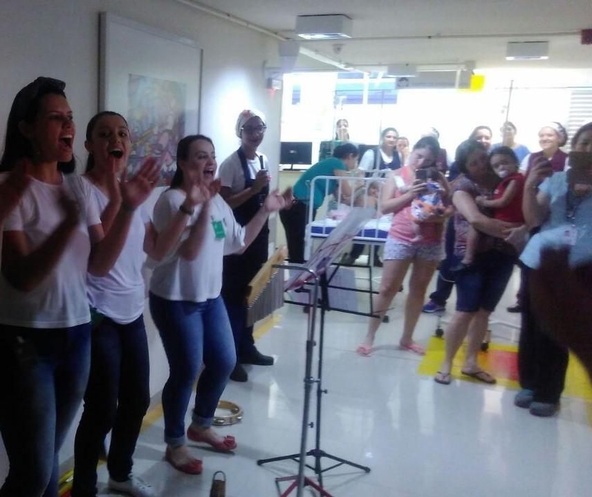 Voluntários levam alegria para crianças internadas em hospital de Maringá