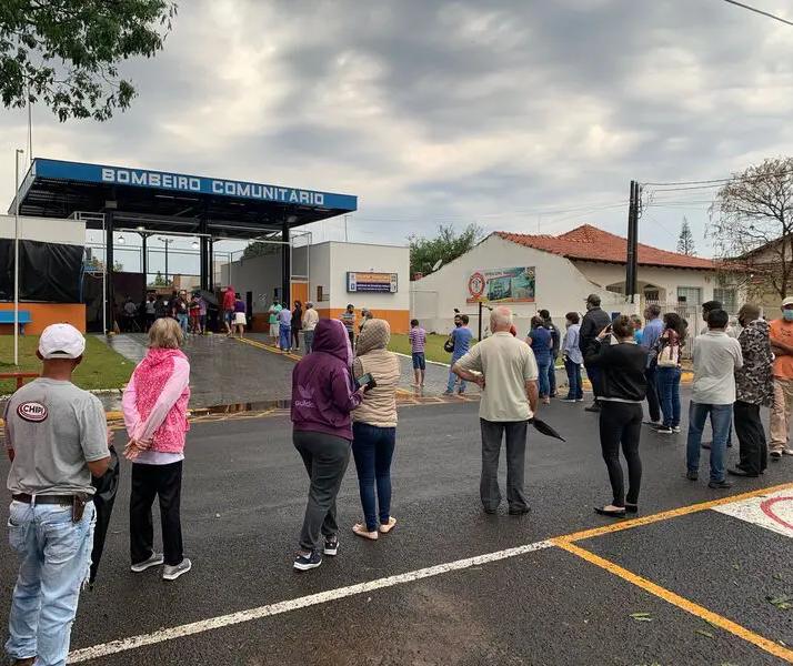 Moradores de Jandaia do Sul fazem fila para retirar lonas após vendaval