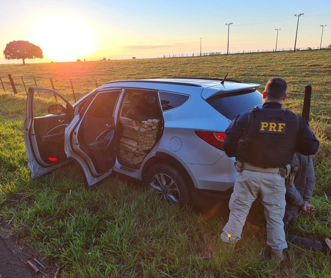Após perseguição, polícia apreende mais de uma tonelada de maconha em veículo roubado