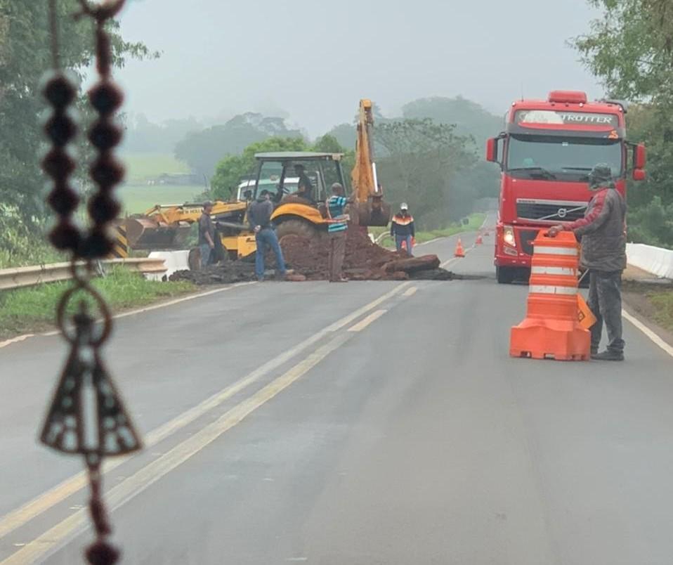 Operários trabalham no reparo da ponte sobre o Rio Pirapó na PR-218