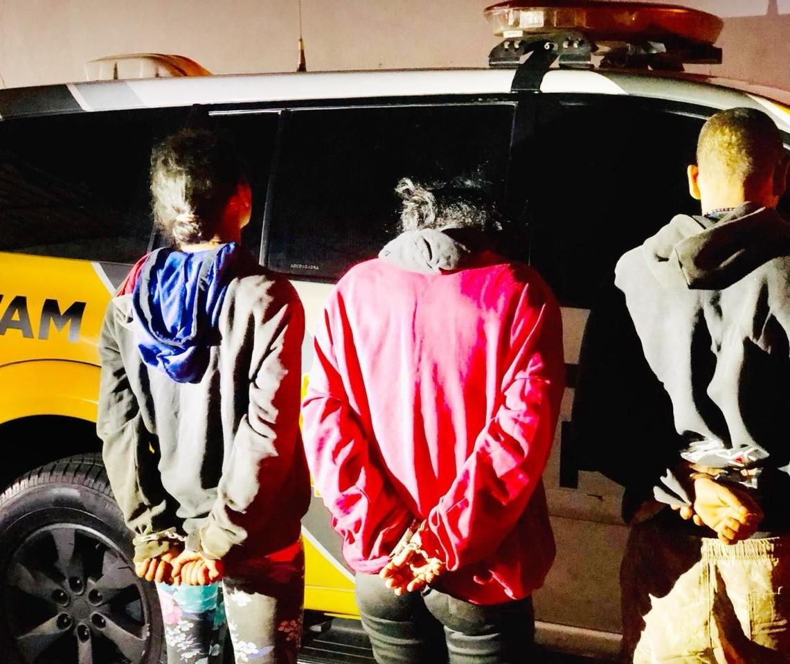 Duas mulheres e um homem são presos após roubar aparelho vaporizador