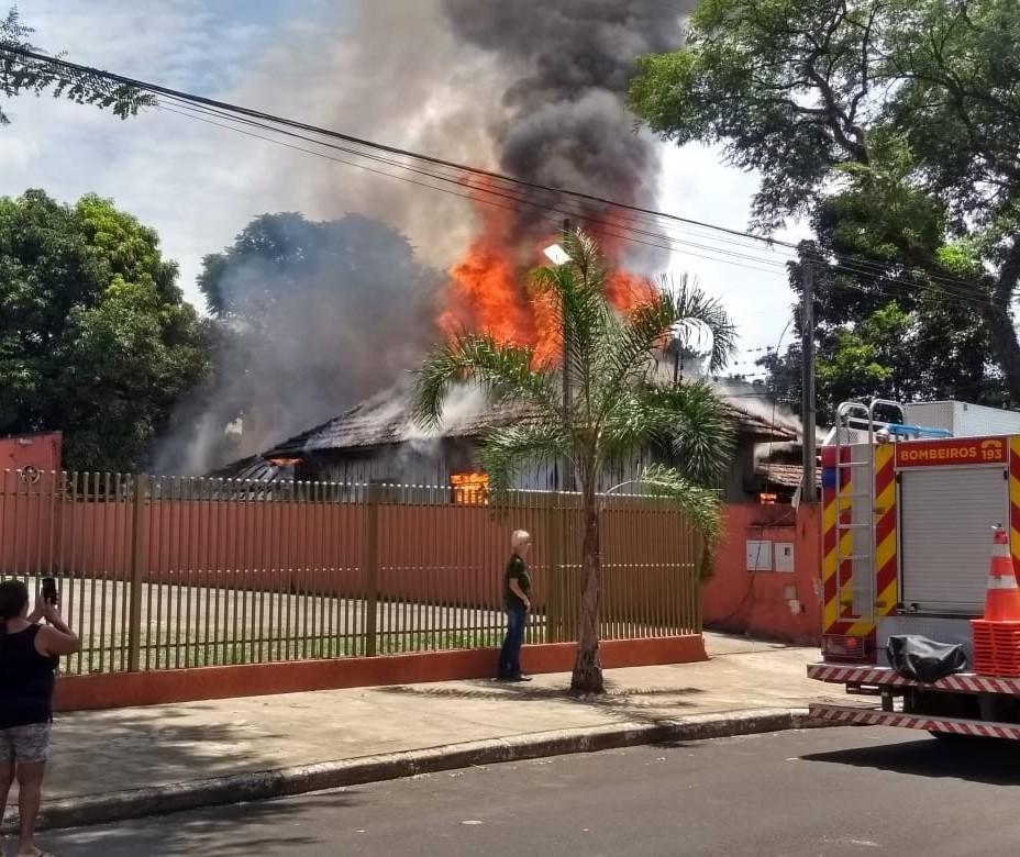 Bombeiros combatem incêndio em residência na Vila Santo Antônio