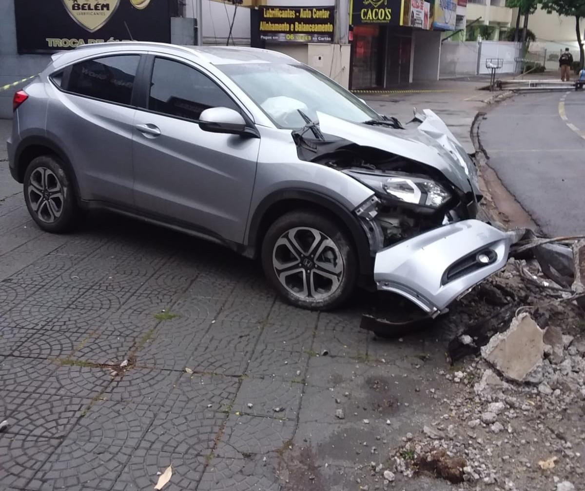 Vídeo: carro bate em poste na rotatória da Praça Manoel Ribas
